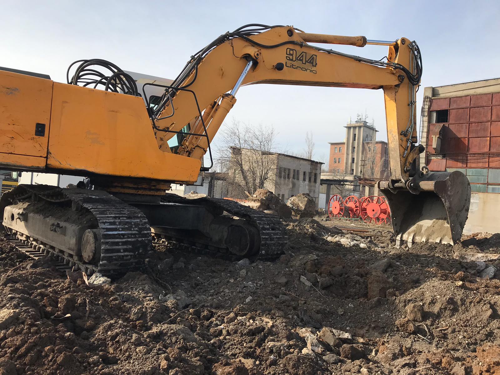 inchiriez excavator demolari Liebherr